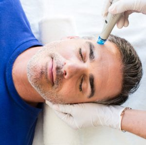 Hydrafacial-R-Treatment für den Mann